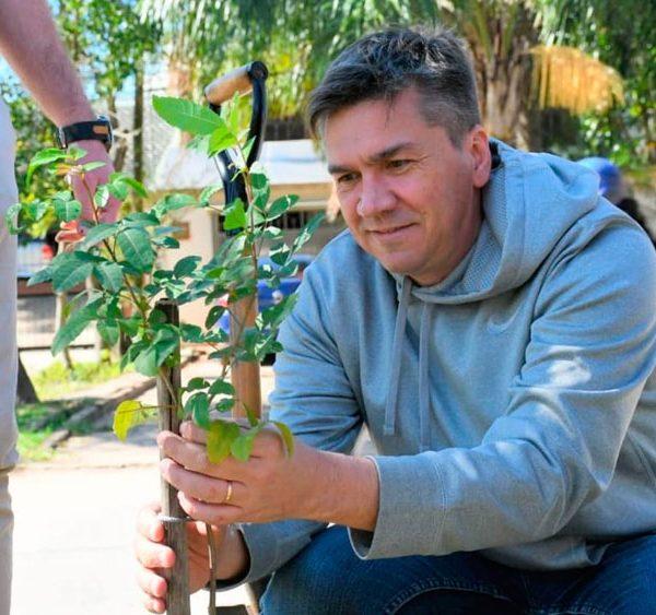 Leandro Zdero planta arboles