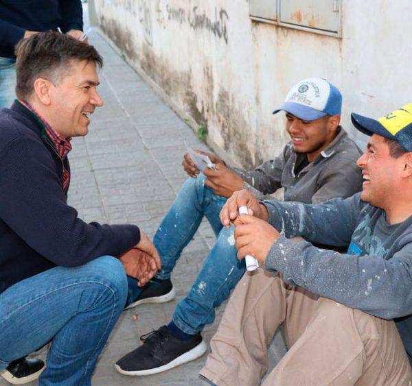 Leandro Zdero con vecinos